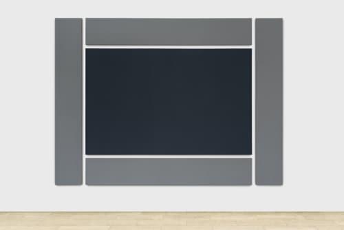 Borderpainting van Alan Charlton is grijs. Het grijze schilderij werd laag per laag gecreëerd met fijne penseelstreken.