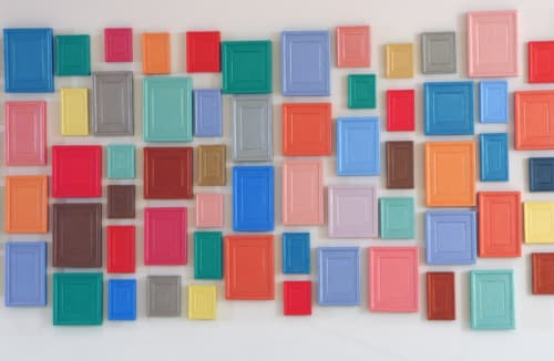 240 Plaster surrogates van Allan McCollum zijn 240 felgekleurde, gipsen emblemen die schilderijen voorstellen.