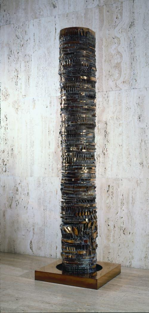 La colonna del viaggiatore, de reizigerszuil van Arnaldo Pomodoro, is een mijlpaal, grenspaal of een totempaal.