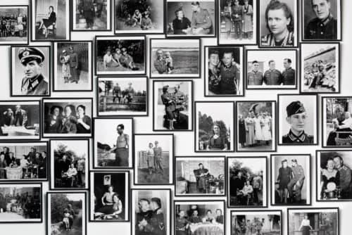 Sans souci van Christian Boltanski is een collectie van 115 snapshots met scènes uit het dagelijkse leven van Duitse soldaten