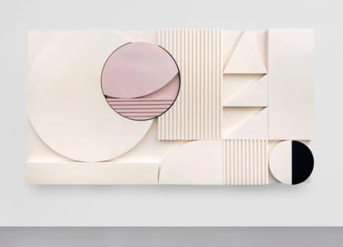 Electric Eclipse van Martine Feipel en Jean Bechameil is een visuele optelsom van strenge geometrische vormen in kraaknet wit