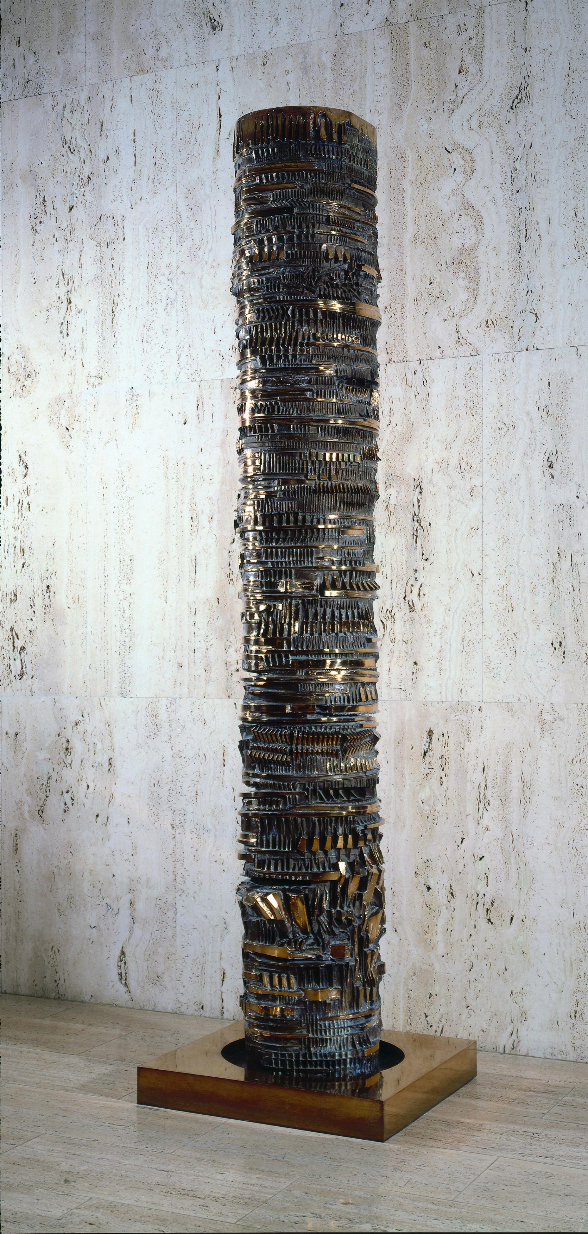 La colonna del viaggiatore, the passenger column of Arnaldo Pomodoro, is a milestone, border marker or a totem pole.