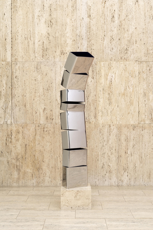 La sculpture Moving Sentinel de Beverly Pepper ressemble à un corps humain et reflète les mouvements des passants