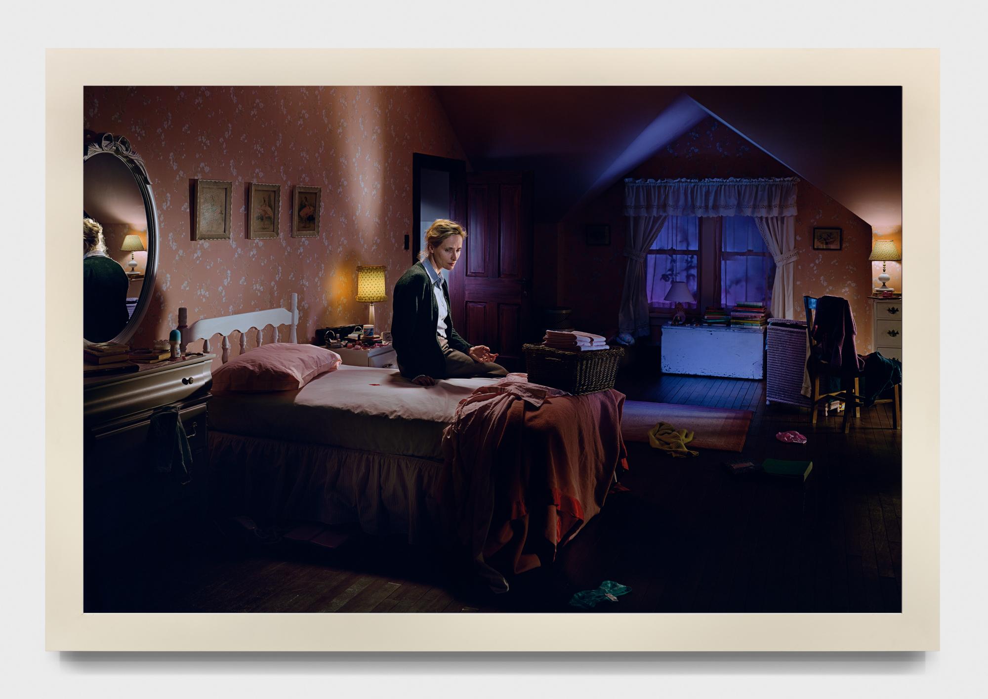 Untitled. Mother on bed with blood de Gregory Crewdson est une image unique parfaitement mise en scène.