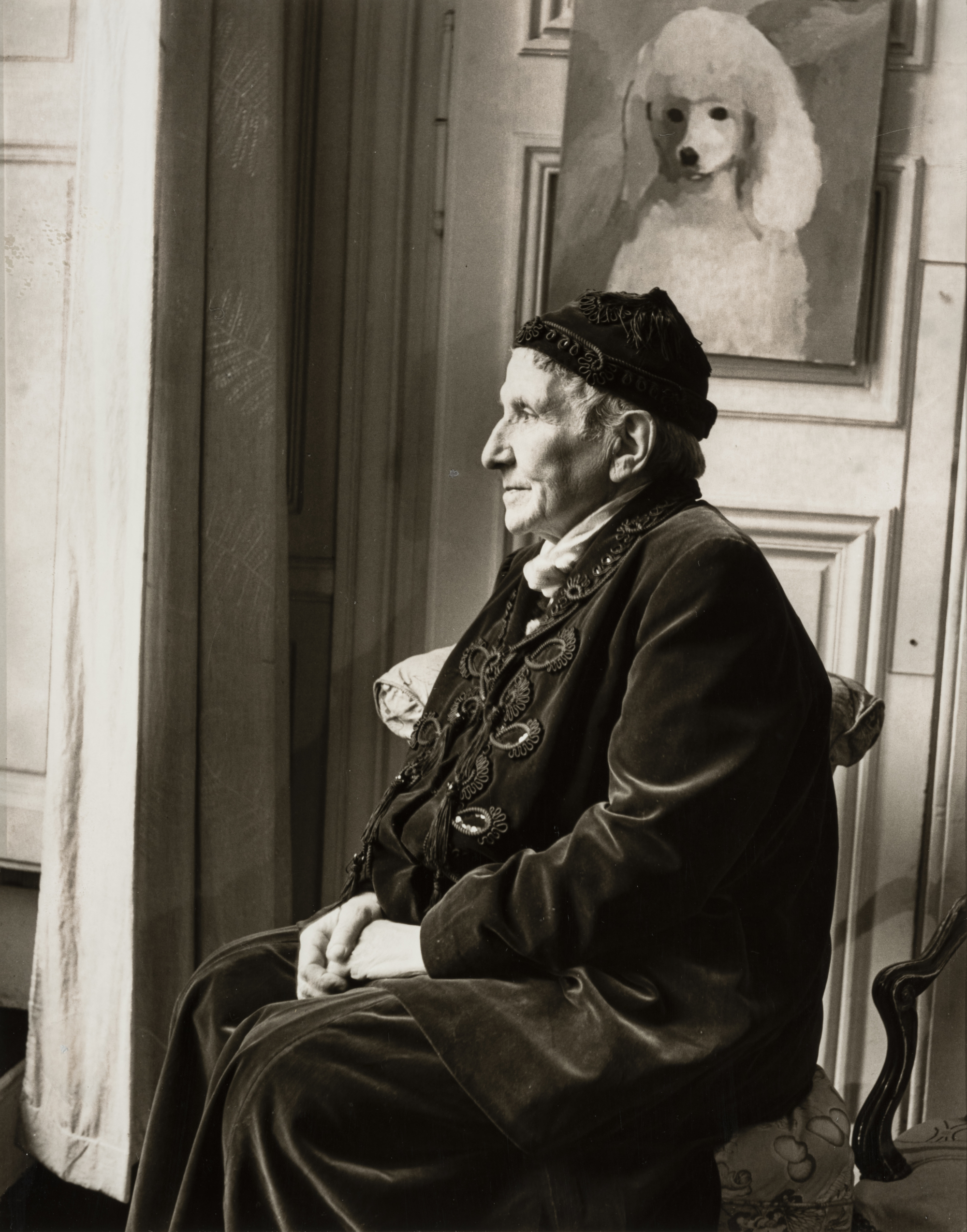 Horst P. Horst made a dramatically illuminated photo of the American writer Gertrude Stein in 1946.