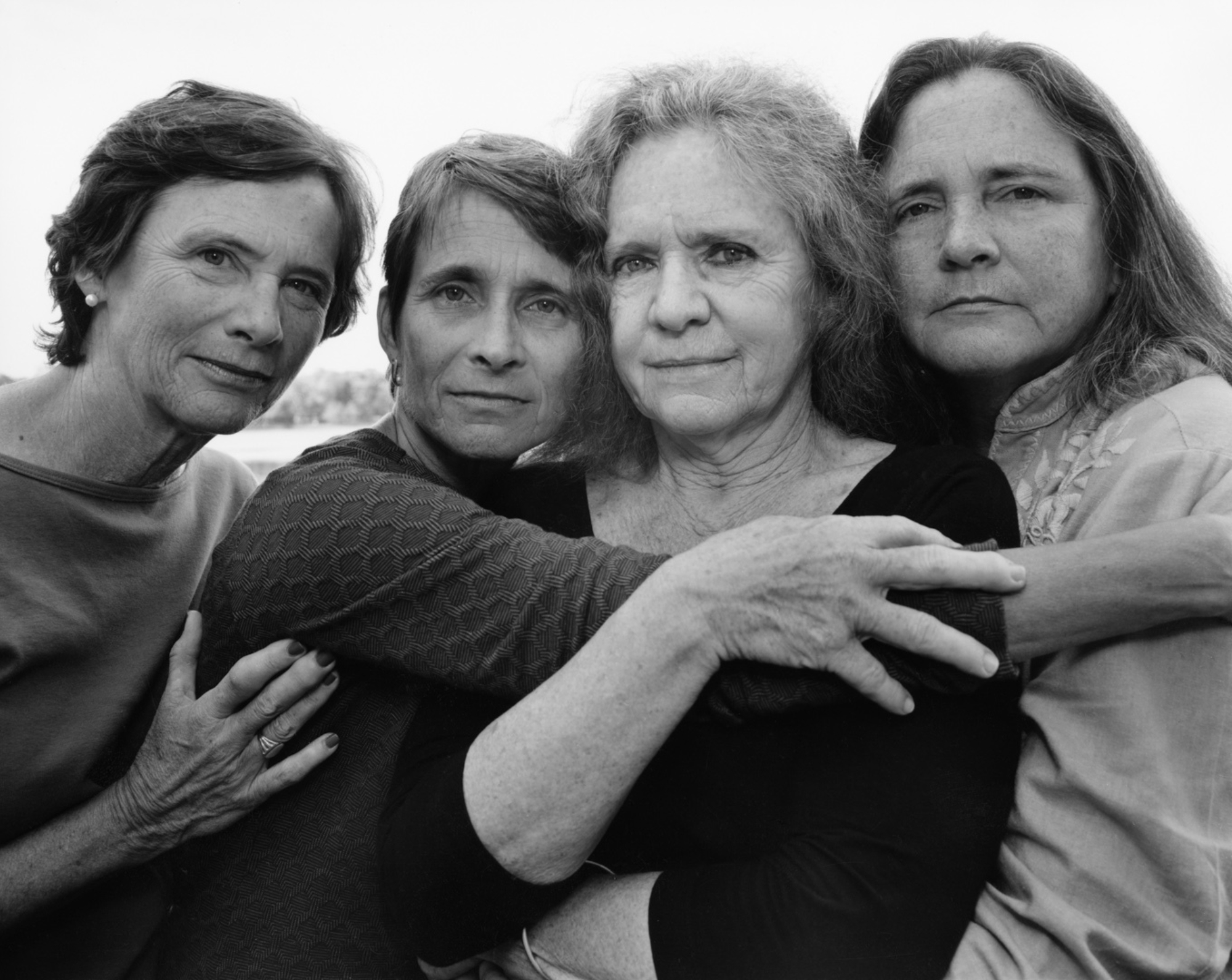 Nicholas Nixon photographie chaque année sa femme entourée de ses trois sœurs et les rassemble dans cette série magistrale.