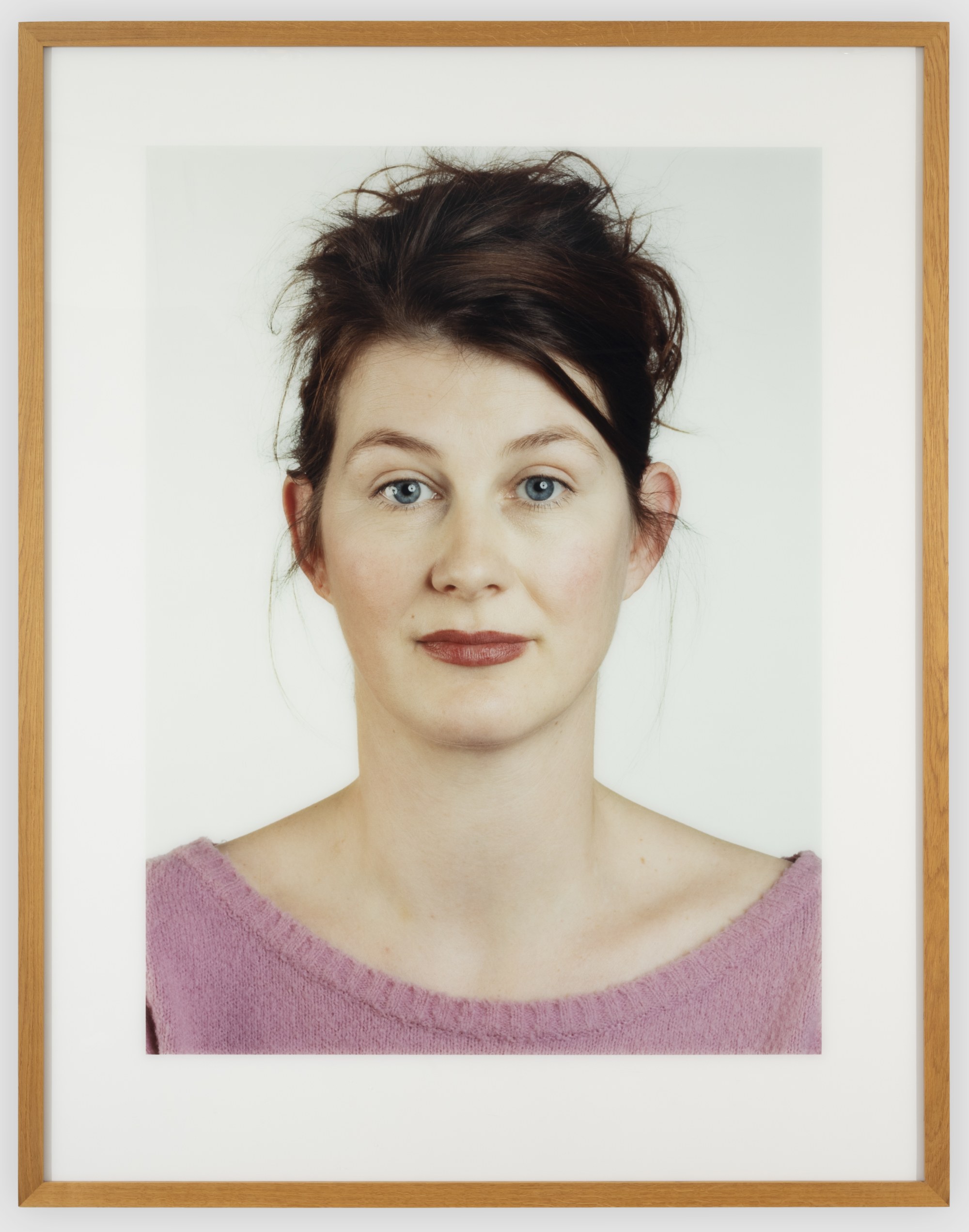 With this portraits, Thomas Ruff undermines the classical method of portrait photography.